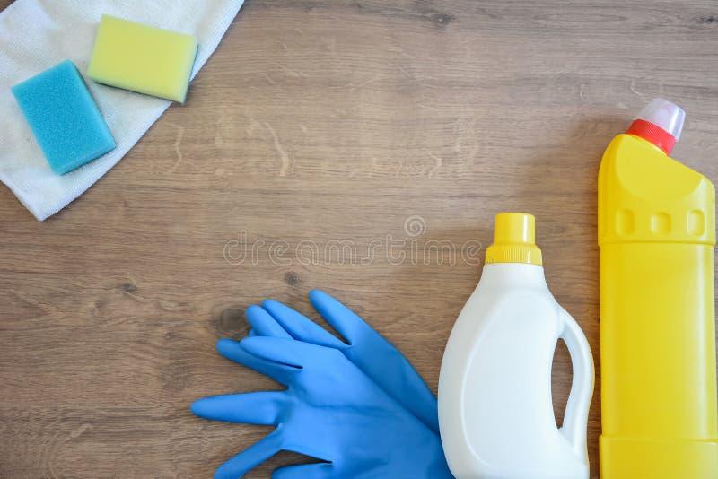 Sabão e toalhas de rosto na tabela Limpezas para limpar Sagacidade da garrafa fotografia de stock royalty free