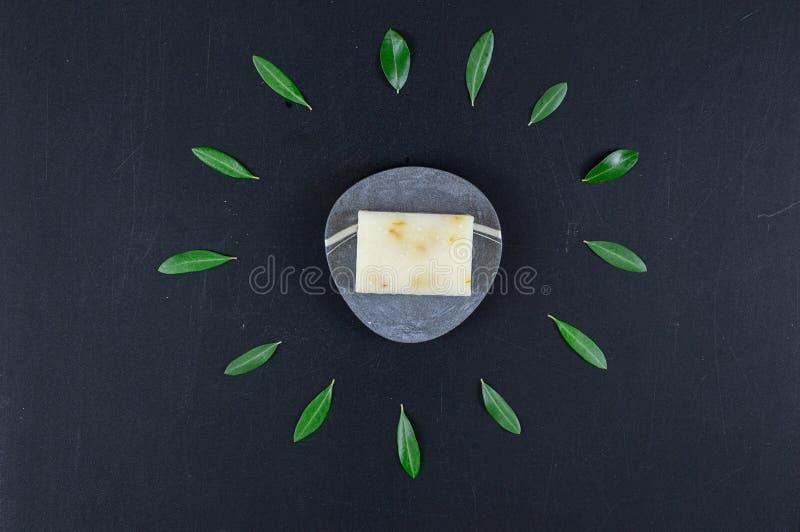 Sabão ecológico natural e biológico e barras de champô sólidas imagens de stock