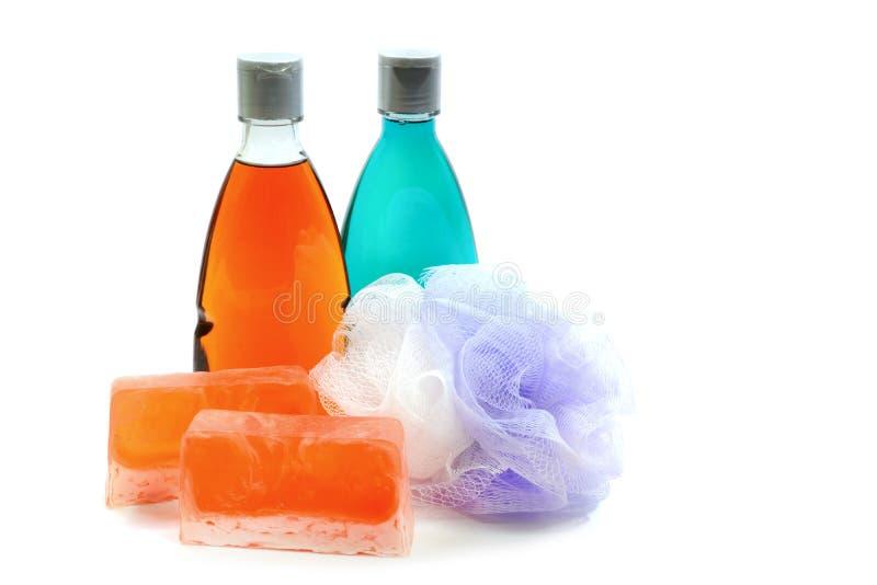 Sabão feito a mão, garrafa dois do gel do chuveiro e sopro ou esponja macia do banho fotografia de stock royalty free