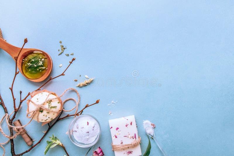 Sabão feito a mão natural, termas orgânicos, sal aromático O plano coloca em um fundo azul imagens de stock royalty free
