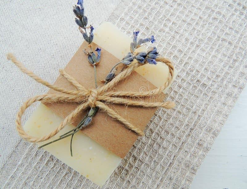 Sabão natural caseiro da alfazema dos termas no fundo de linho de toalha do waffle feito a mão Fatura de sabão imagens de stock