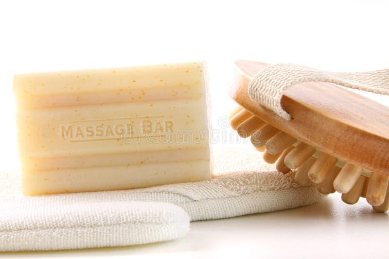 Sabão natural com os acessórios do banho no branco fotos de stock