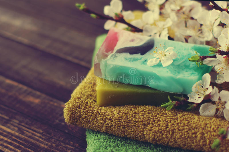 Sabão natural do handwork, da toalha, e dos ramos da mola de um abricó imagens de stock