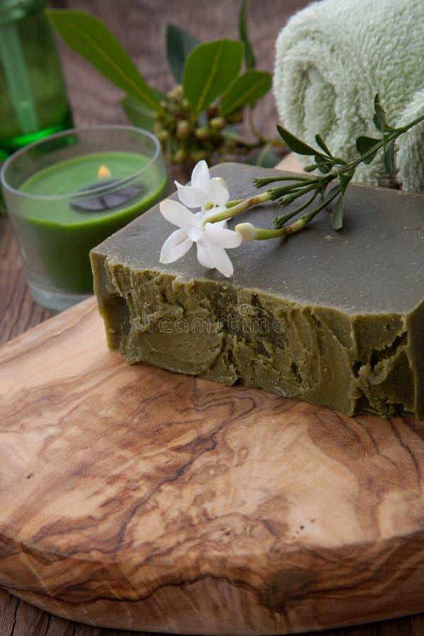 Sabão orgânico feito a mão e óleo orgânico imagens de stock