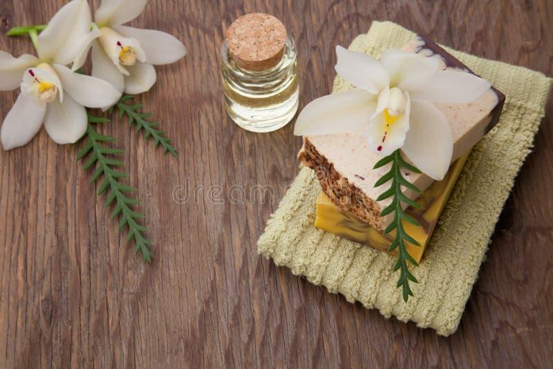 Sabão orgânico feito a mão e orquídeas fotografia de stock