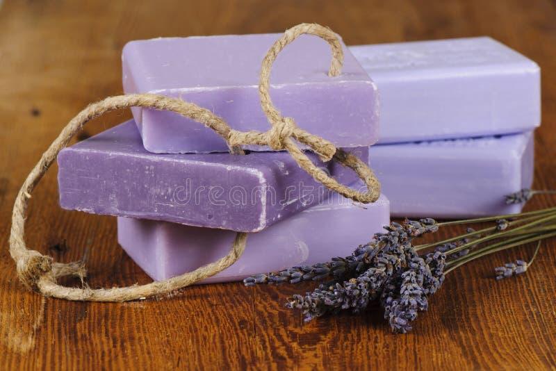 Sabão violeta da alfazema com flores fotografia de stock royalty free
