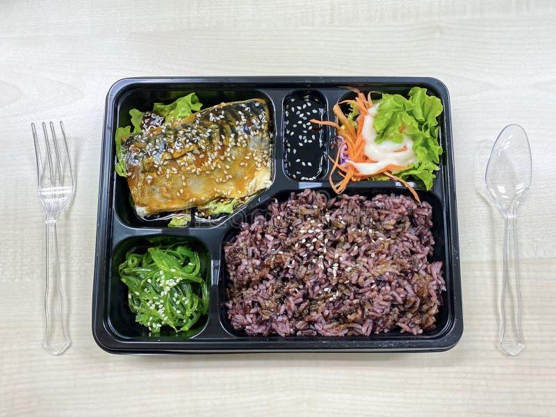 Saba-vis met teriyaki-saus op getopt rijstveld royalty-vrije stock fotografie