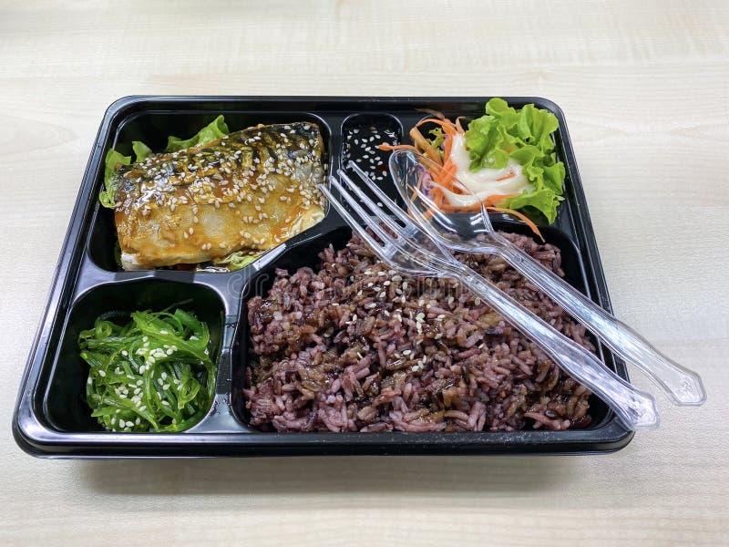 Saba-vis met teriyaki-saus op getopt rijstveld royalty-vrije stock foto