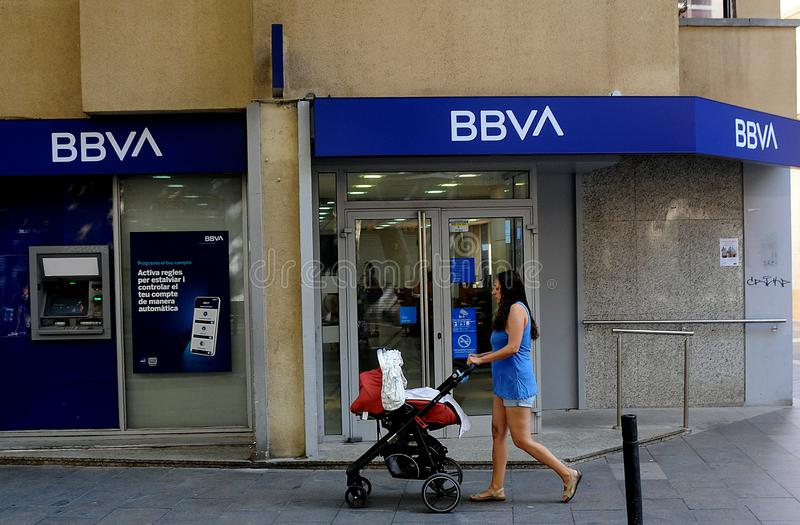 SABADELL BANK EN bbvabank IN Barcelona Spanje stock foto's