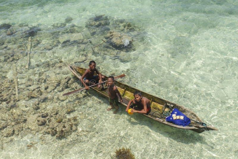 SABAH, MALAISIE - 19 NOVEMBRE : Bajau non identifié Laut badine sur un bateau en île de Mabul le 19 novembre 2015 image stock