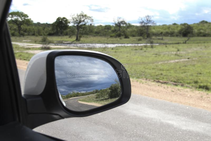Sabana y cielo azul en el espejo posterior, parque nacional de Kruger, Suráfrica foto de archivo libre de regalías