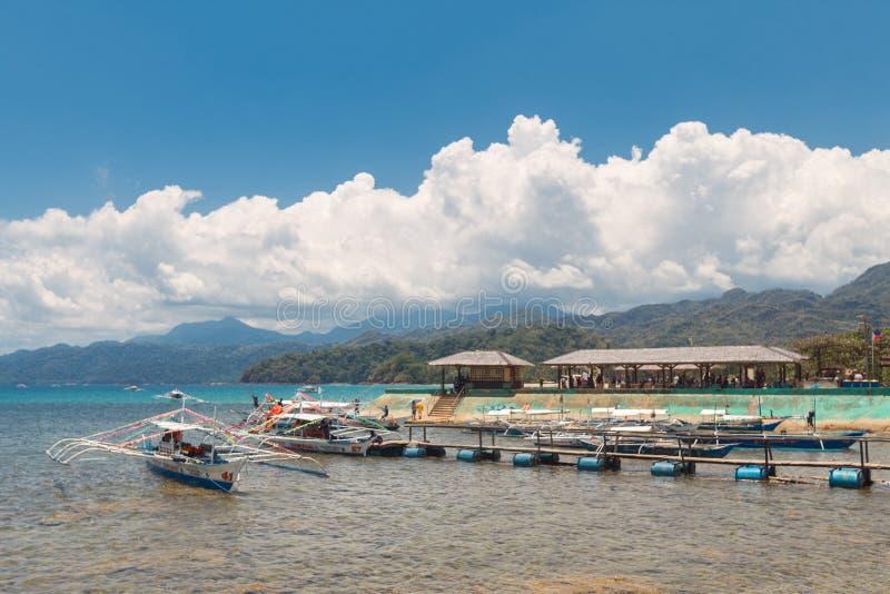 Sabanghaven, bootlijn om ingang van de ondergrondse rivier van Puerto uit te hollen Princesa stock foto's