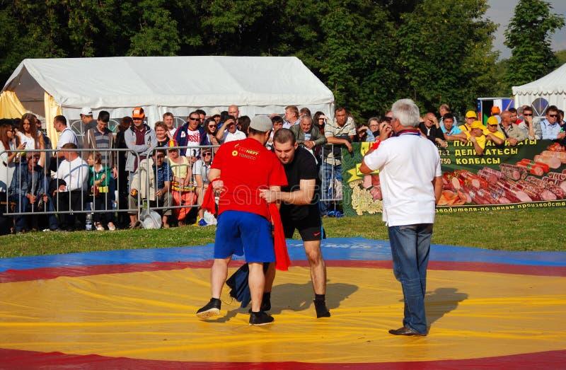Sabantui-Feier in Moskau Ringkämpferwettbewerb lizenzfreie stockfotos
