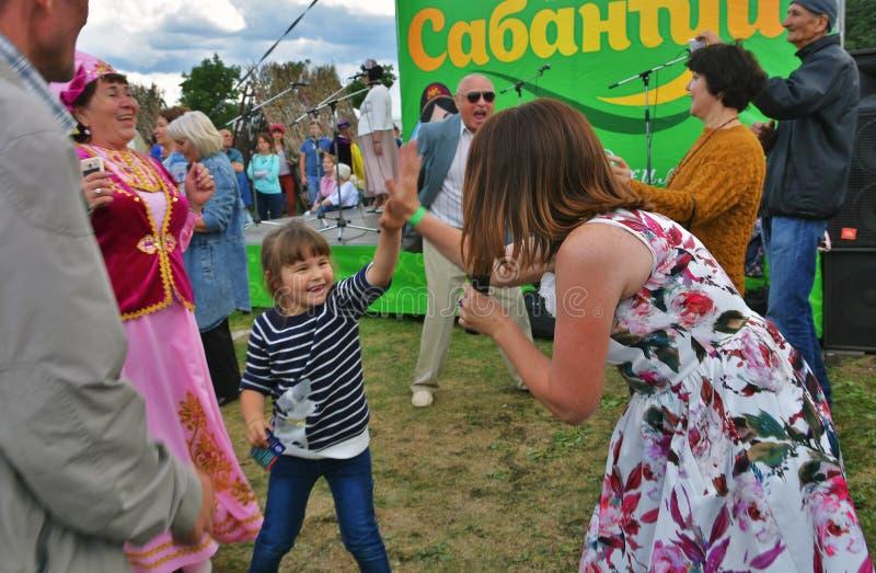 Sabantui ?wi?towanie w Moskwa Ludzie tanów i śpiewają piosenki zdjęcie stock