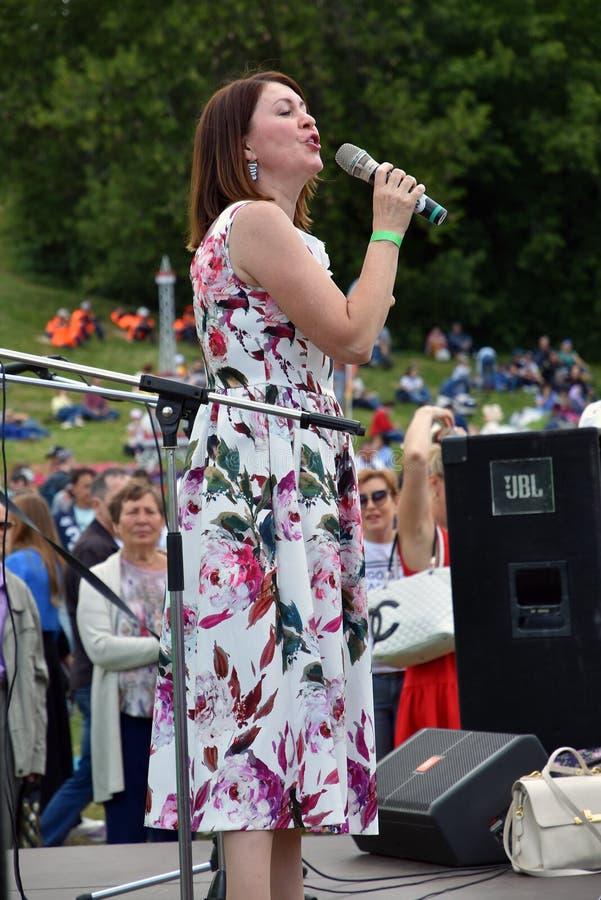 Sabantui ?wi?towanie w Moskwa Piosenkarz kobieta na scenie zdjęcia royalty free