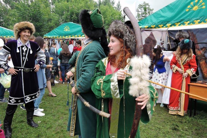Sabantuiviering in Moskou De mensen in retro kostuums stellen voor foto's stock foto's