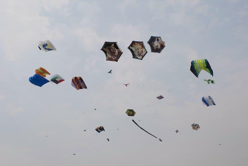 SABARMATI-FLUSSUFER, AHMEDABAD, GUJARAT, INDIEN, am 13. Januar 2018 Verschiedene Drachen, die am internationalen Drachen-Festival lizenzfreies stockfoto