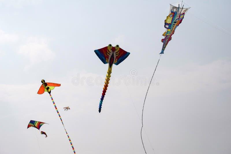 SABARMATI RIVERFRONT, AHMEDABAD, GUJARAT, INDIA, 13 Januari 2018 Diverse vliegers die bij het Internationale Vliegerfestival conc royalty-vrije stock foto's