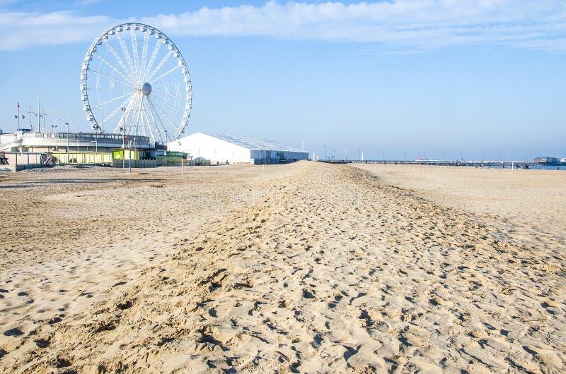Sabbia abbandonata vuota della ruota di ferris di inverno della spiaggia di Rimini calpestata fotografia stock
