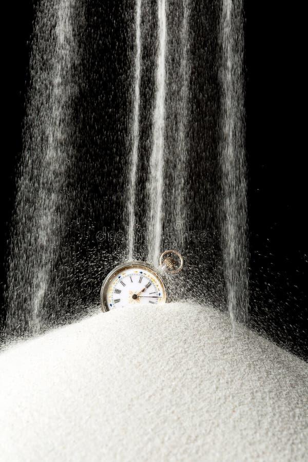 Sabbia che cade sull'orologio fotografia stock libera da diritti