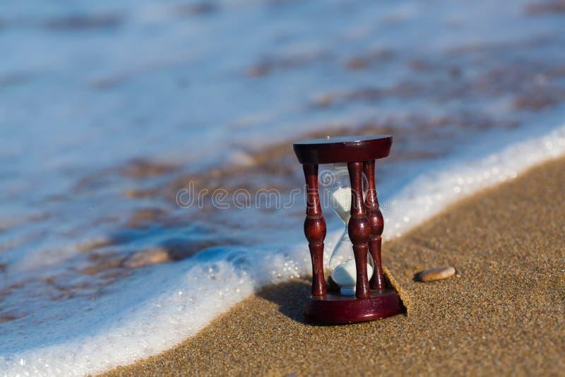 Sabbia che passa le lampadine di una clessidra fotografia stock