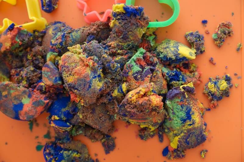 Sabbia cinetica multicolore per il gioco dei bambini giocattolo del gioco di attività dei bambini per arte di formazione di model fotografia stock