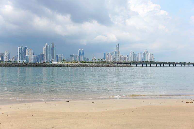 Sabbia della spiaggia con i grattacieli di Panama City immagini stock libere da diritti