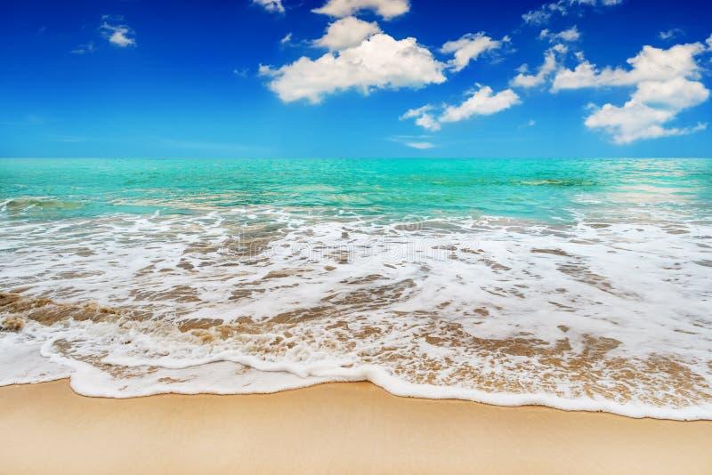 Sabbia della spiaggia e mare blu in cielo blu fotografia stock