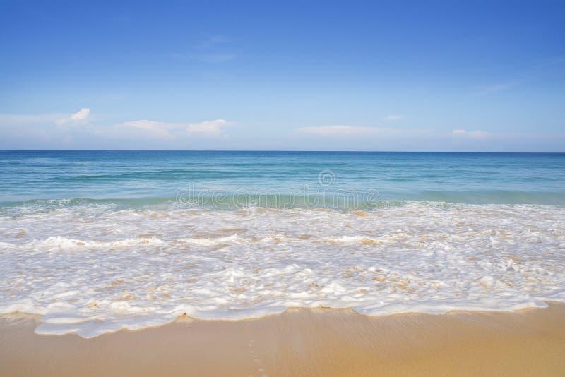 Sabbia della spiaggia e mare blu in cielo blu fotografie stock