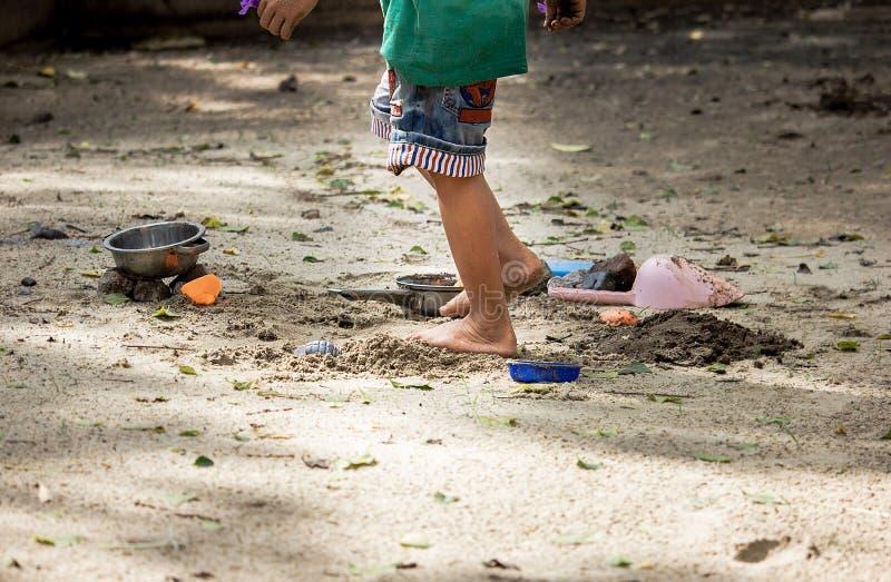 sabbia di piano del bambino nel parco fotografie stock libere da diritti