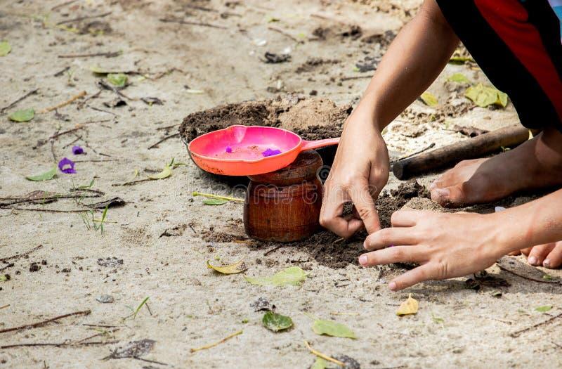 sabbia di piano del bambino nel parco fotografia stock libera da diritti