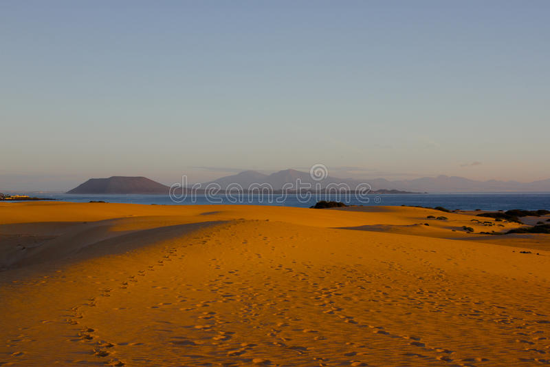 Sabbia e cielo luminosi al fondo dell'Oceano Atlantico Dune del Sahara, fondo arido di bellezza fotografia stock libera da diritti