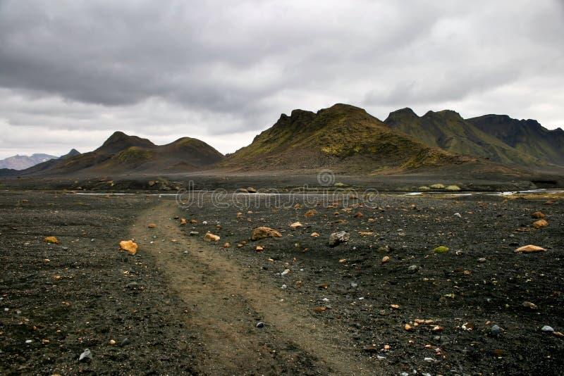 Sabbia nera e rocce colorate nel parco nazionale di Landmannalaugar, Islanda immagine stock