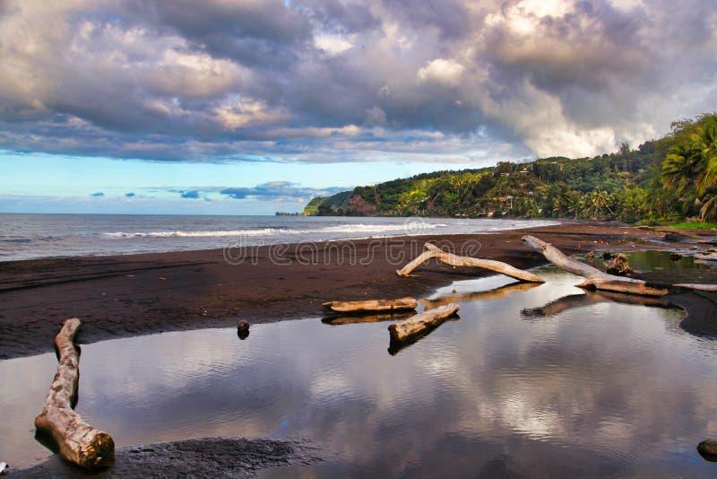 Sabbia nera, isola della Tahiti, Polinesia francese, vicino a Bora-Bora immagini stock