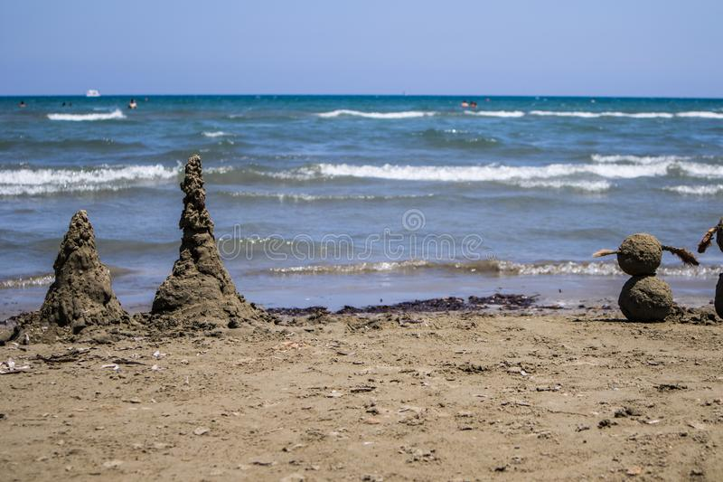 Sabbia towersby il mare con il mare del amd del cielo di blus immagine stock