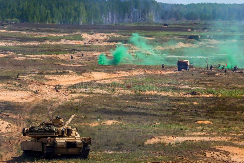 Saber Strike-militärische Ausbildung in der Müllgrube in Lettland lizenzfreie stockfotos