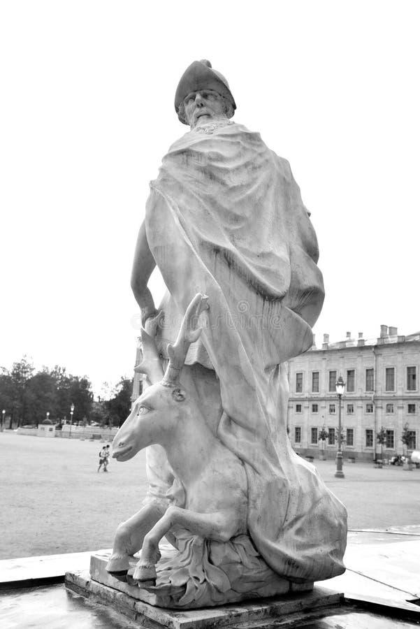 Sabiduría de la estatua cerca del palacio grande de Gatchina fotos de archivo