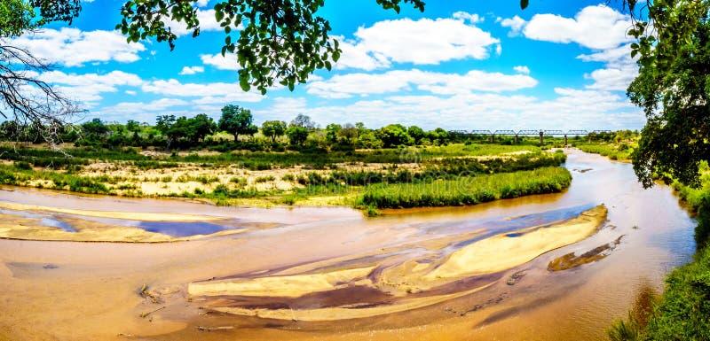 Sabie River casi seca en el final de la estación seca en el campo de resto de Skukuza en el parque nacional de Kruger imagen de archivo