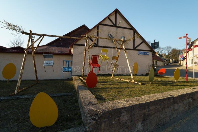 SABILE, LETÓNIA - 21 DE ABRIL DE 2019: Decorações da Páscoa em uma cidade pequena - ovos e coelhos imagens de stock royalty free