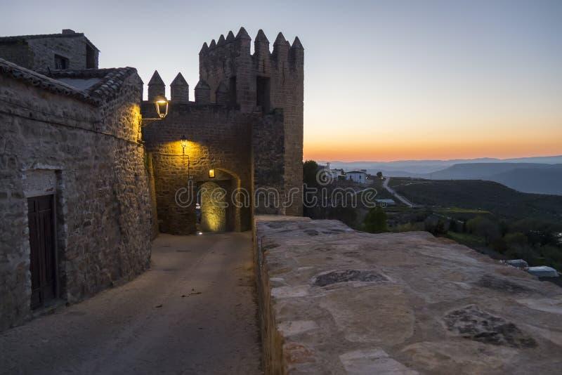 Sabiote wioski kasztel przy półmrokiem, Jaen, Hiszpania zdjęcie stock