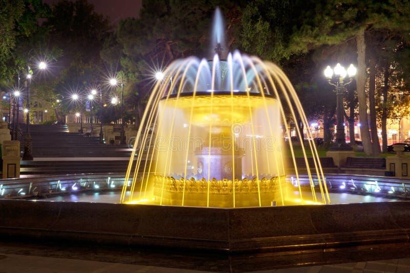 Sabir vierkante fontein, Baku, Azerbeidzjan bij nacht De fontein in het stadscentrum Baku Azerbaijan nachtvisie van een rond park royalty-vrije stock foto