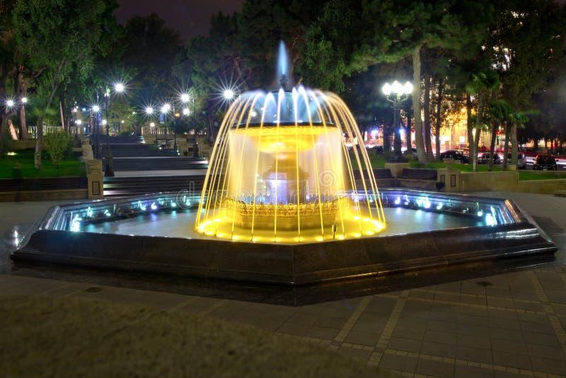 Sabir vierkante fontein, Baku, Azerbeidzjan bij nacht De fontein in het stadscentrum Baku Azerbaijan nachtvisie van een rond park royalty-vrije stock fotografie