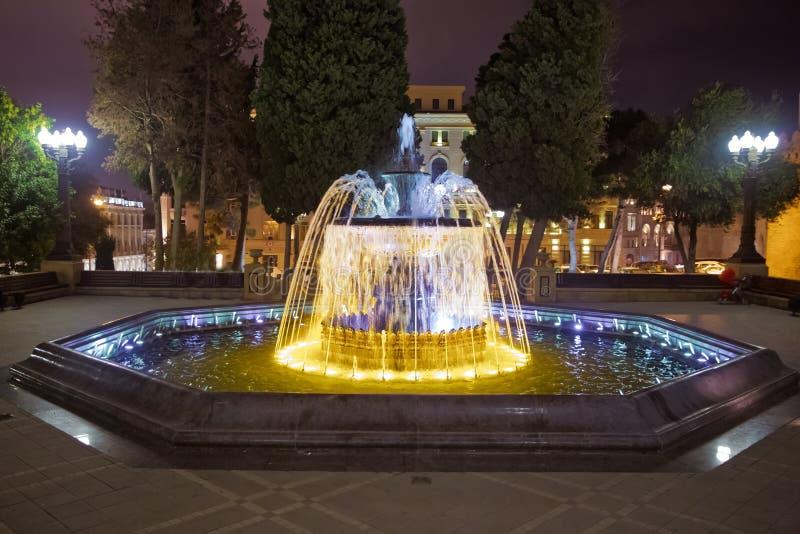 Sabir vierkante fontein, Baku, Azerbeidzjan bij nacht De fontein in het stadscentrum Baku Azerbaijan nachtvisie van een rond park stock afbeelding