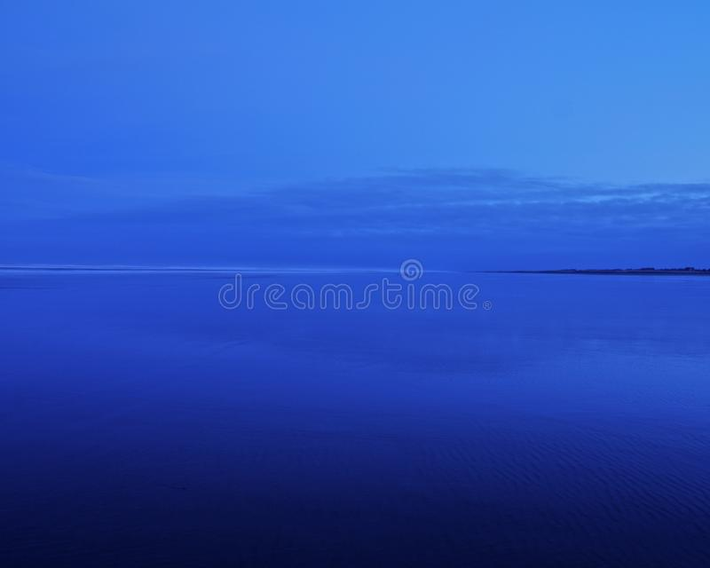 Sable de bleu de ciel bleu photos stock