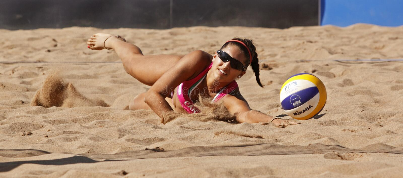 Sable de femme du Canada de volleyball de plage photographie stock libre de droits