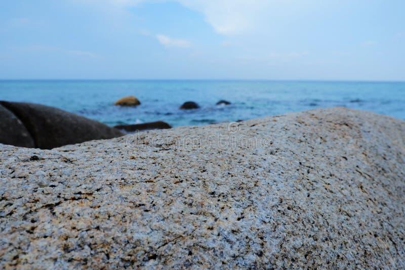 Sable de mer rocheux sur le rivage avant le coucher du soleil images libres de droits