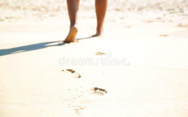 Sable de pied de détail de plan rapproché et blanc femelle sur la fuite de vacances de destination des Caraïbe de plage des Baham photo stock