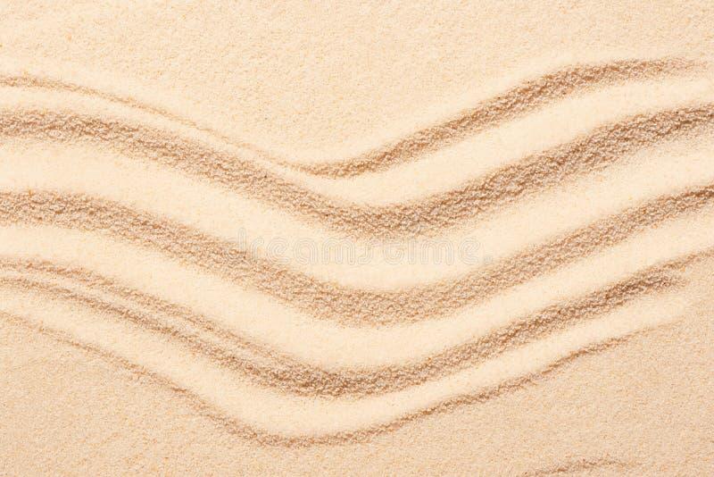 Sable de plage avec des marques des vagues Fond de plage d'été photo libre de droits