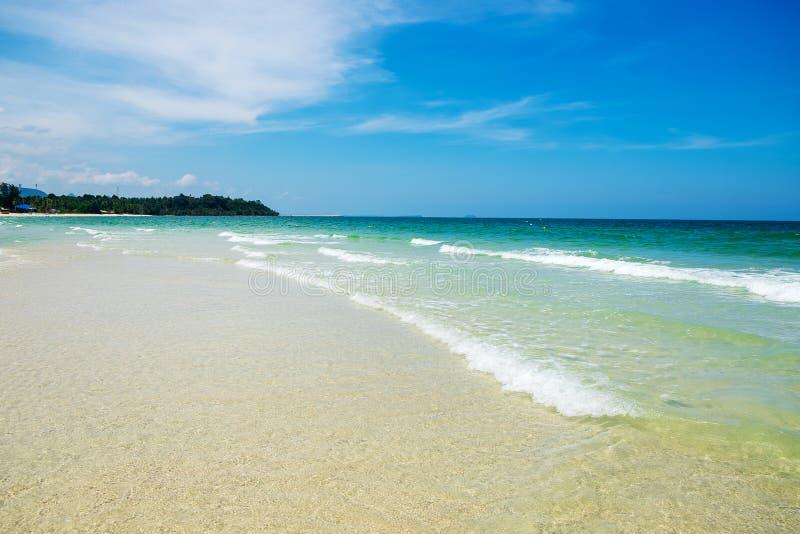 Sable de plage de mer et fond clairs de vague dans le paysage d'océan de nature images libres de droits