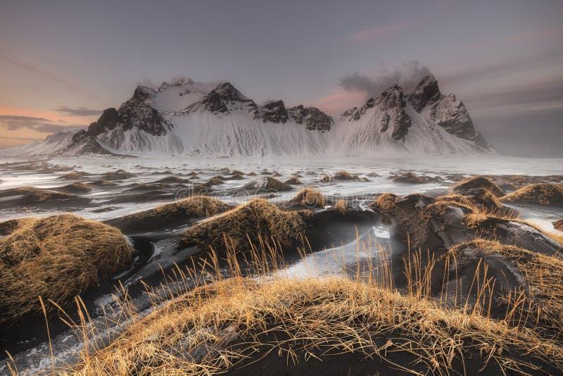 Sable et montagnes noirs de Vestrahorn chez Stokksnes image libre de droits